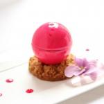 Kugel – Mousse vom Hibiskus mit einem Herz aus weißer Schokolade (Virginie Basselot)